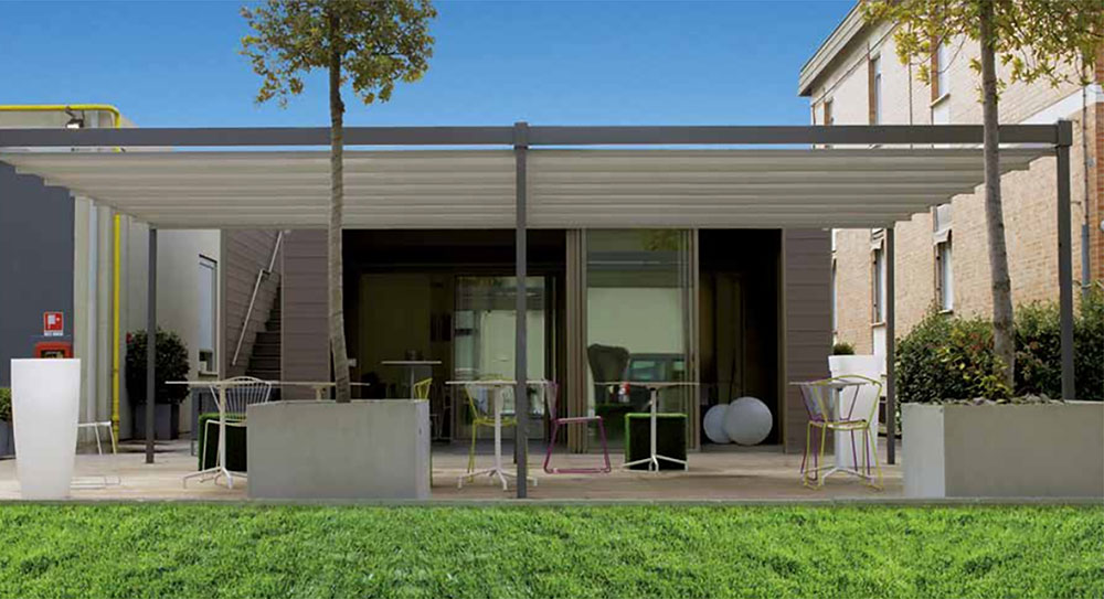outdoor-shades-and-blinds-extend-the-outdoor-living-space